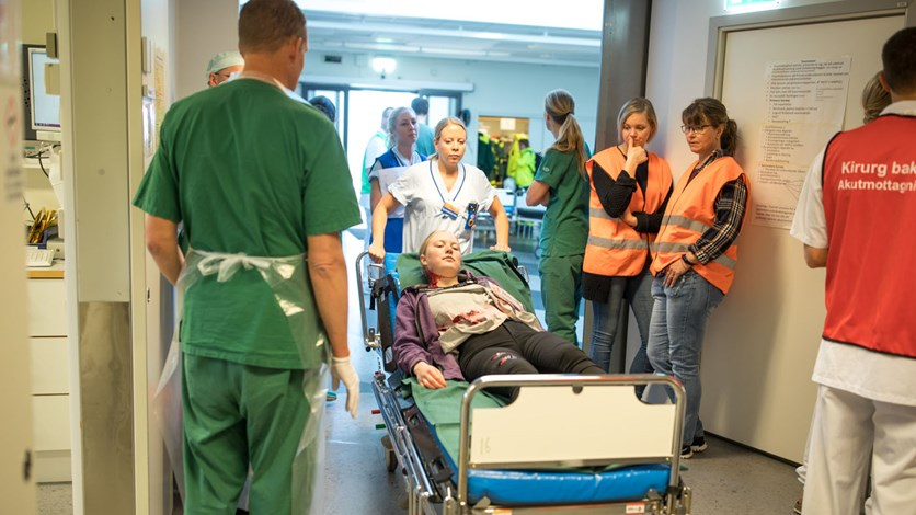 En patient rullas in på akutmottagning