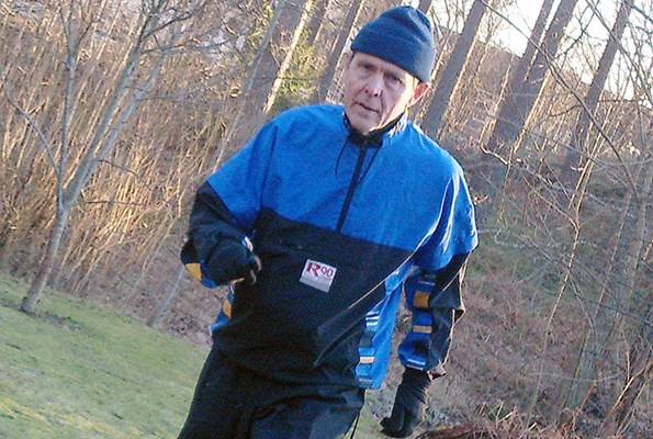 Man joggar i naturen